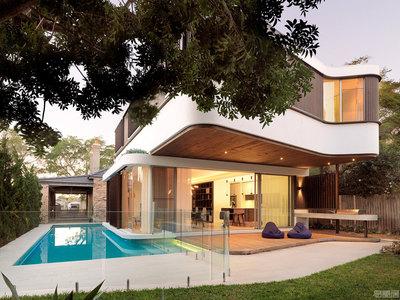 国外住宅设计案例:拥有环绕式游泳池的舒适住宅
