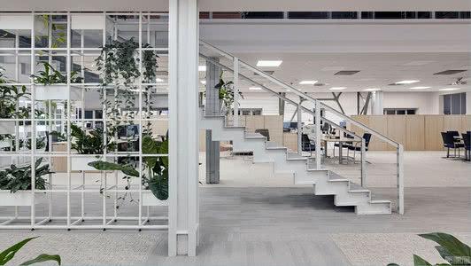 国外办公空间设计案例:利用阁楼风格,打造宽敞的开放式办公空间