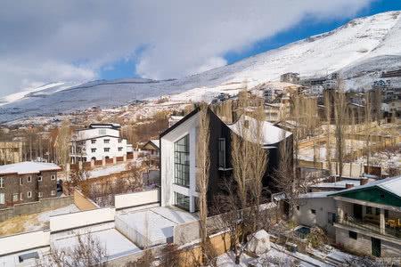 国外住宅设计案例:曲线屋顶重新定义现代山地住宅