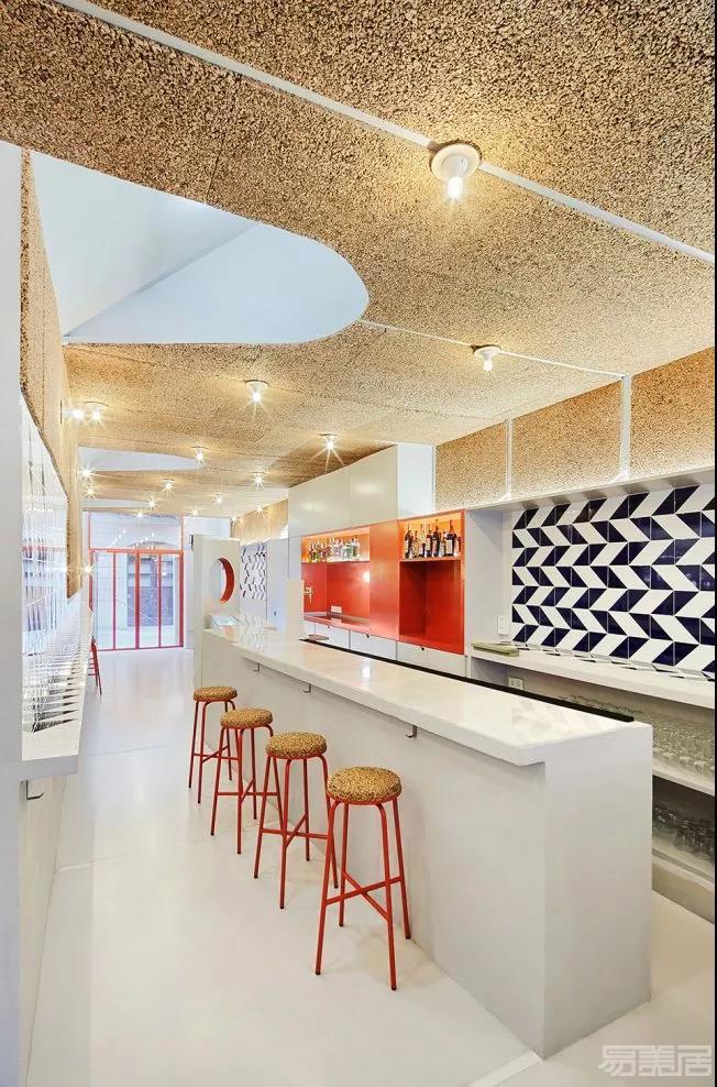 考虑到公共场所的声学要求,室内天花板和部分侧面已经覆盖了软木面板